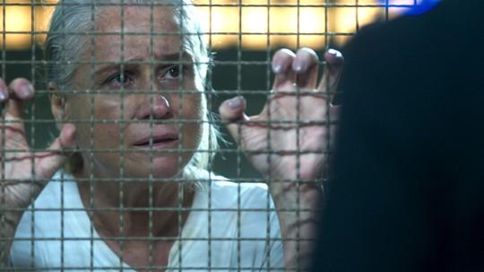 Mág recebe a visita de Tião na cadeia e ele recusa ajudá-la