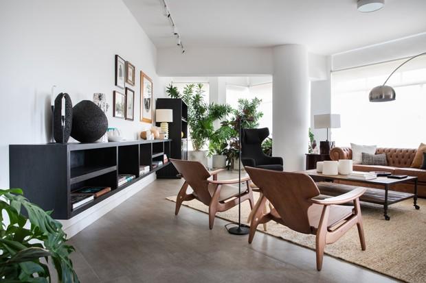 Apartamento com decoração urbana cheio de plantas e peças de design (Foto: Lufe Gomes)