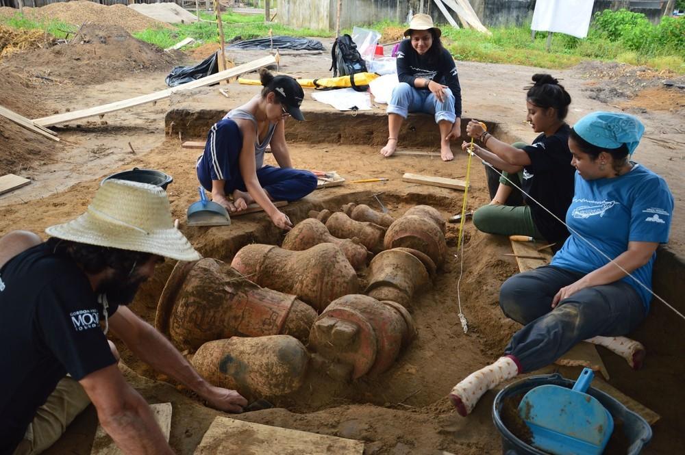 Arqueólogos realizam o trabalho de retirada das urnas funerárias (Foto: Divulgação/ Instituto Mamirauá)