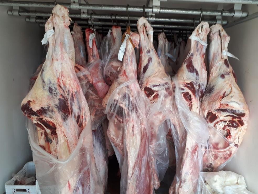 Carne estava sem nota fiscal, sem carimbo da vigilância sanitária e etiquetas irregulares  (Foto: Guarda Civil Municipal / Divulgação )