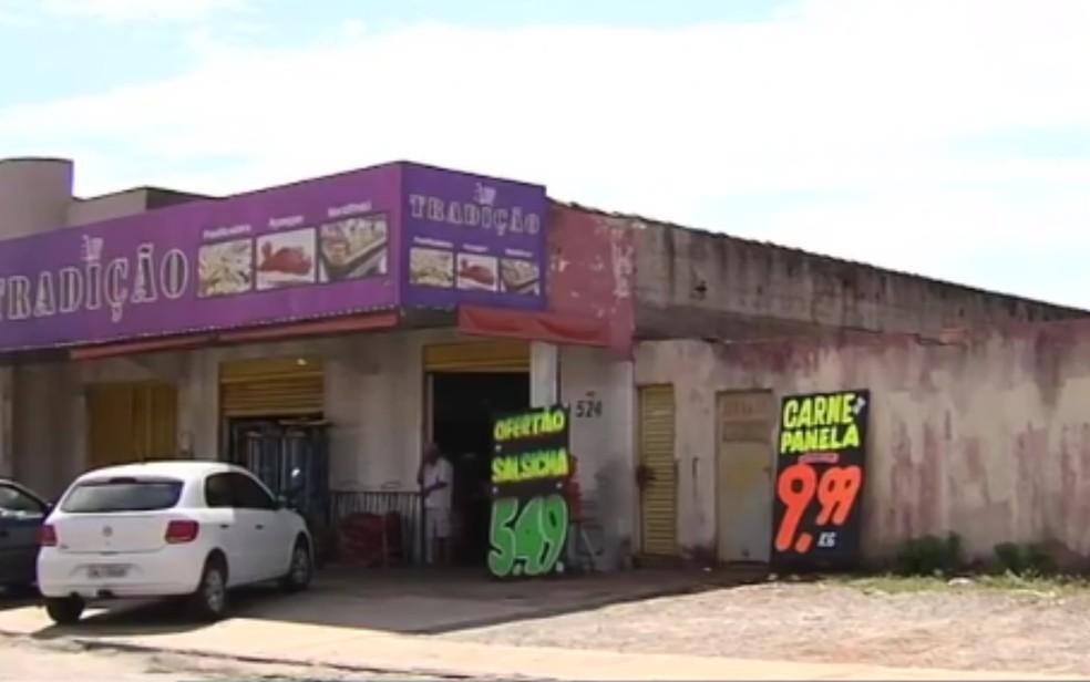 Fachada do mercado em que proprietário reagiu assalto e matou ladrão, em Goiânia — Foto: Reprodução/TV Anhanguera