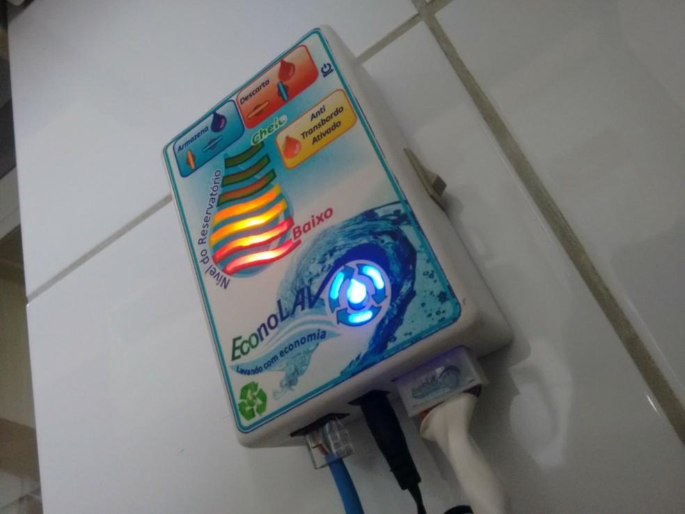 Detalhe do 'EconoLav', sistema criado por bombeiro do DF que ajuda a economizar água durante ciclo da máquina de lavar roupas  (Foto: Arquivo pessoal )