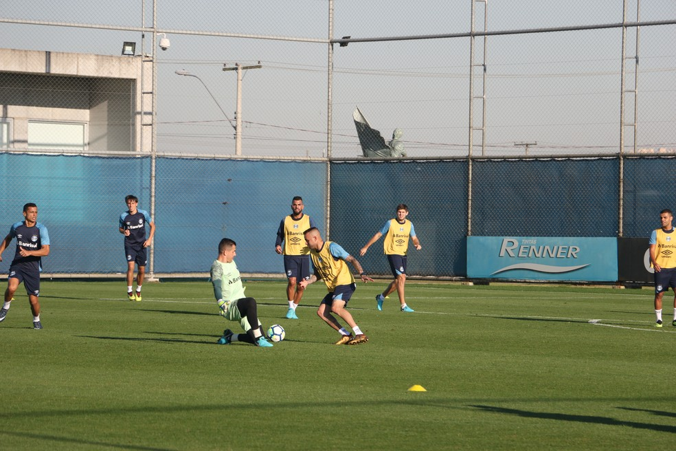 Luan dribla Grohe durante treino (Foto: Eduardo Moura)