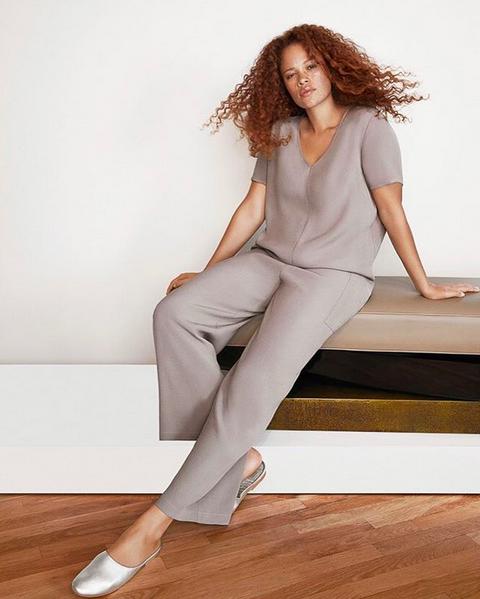 Uma modelo com vestimenta da marca de roupas que recebeu o investimento da atriz Gwyneth Paltrow  (Foto: Instagram)