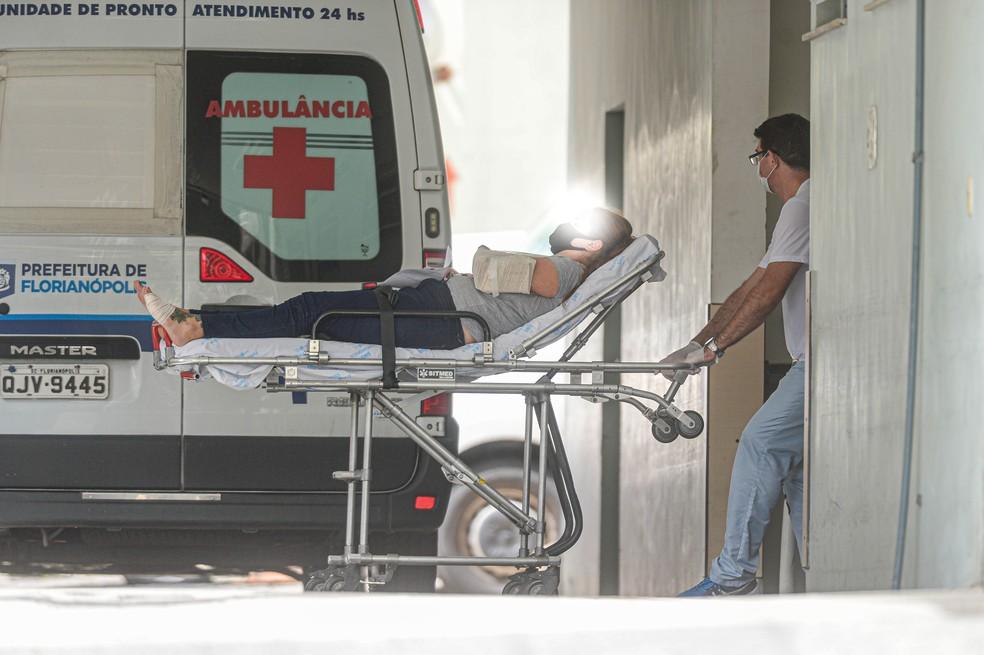 Movimentação de ambulâncias em 6 de março no hospital Celso Ramos em Florianópolis — Foto: Eduardo Valente/Ishoot/Estadão Conteúdo