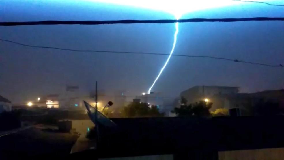 Raios foram registrados na noite da quitna-feira (17) em Itaporanga, na Paraíba — Foto: Reprodução/TV Paraíba