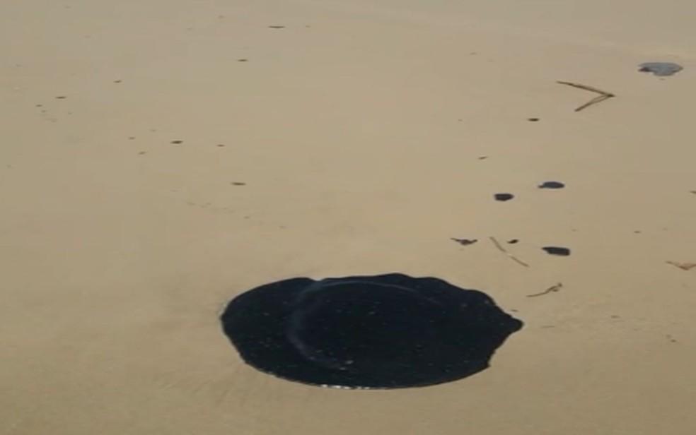 Manchas de óleo na Praia dos Artistas, em Sergipe — Foto: Adema/SE