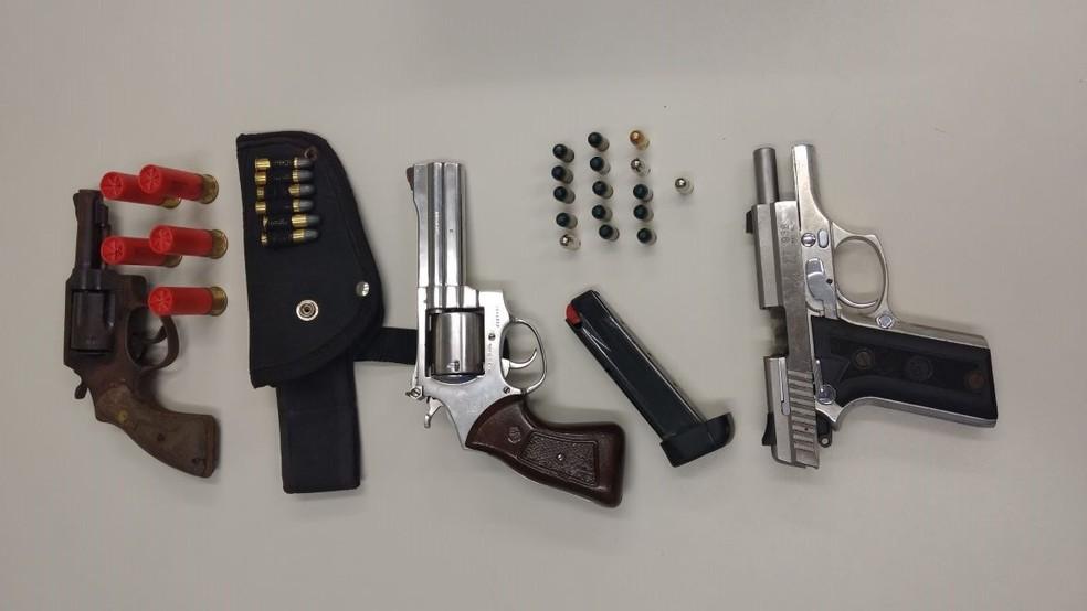 Revólveres, pistola e munição estavam com suspeitos presos durante ação policial no Grande Recife (Foto: Polícia Civil/Ascom/Divulgação)