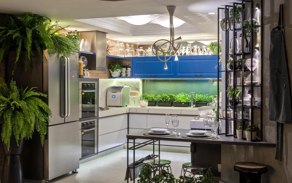 Cozinha traz detalhes em azul (Foto: Divulgação)