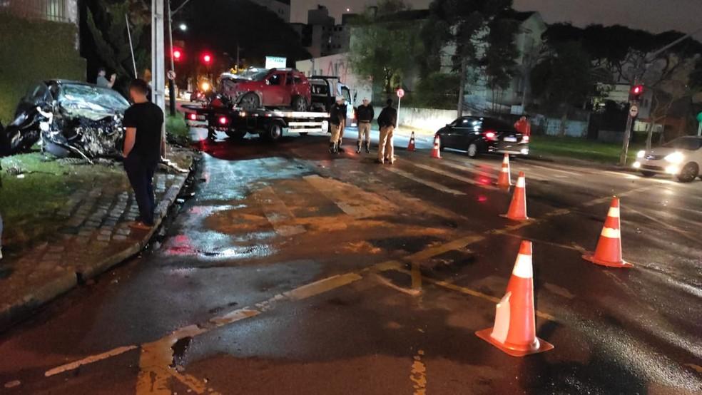 Acidente aconteceu na noite de sexta-feira (17), entre as avenidas  Guilherme Pugsley e Água Verde, em Curitiba  — Foto: Ricardo Muiños/RPC