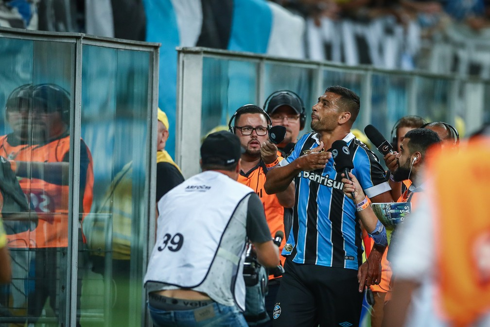 Diego Souza comemora gol com a torcida — Foto: Lucas Uebel/Grêmio