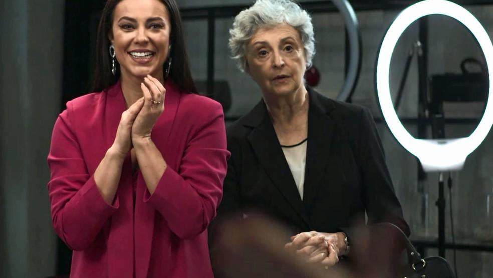 Vivi Guedes (Paolla Oliveira) vibra com performance de Linda (Rosamaria Murtinho) diante da câmera, em 'A Dona do Pedaço' — Foto: Globo