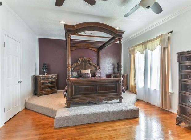 Os móveis antigos vão de encontro à arquitetura clássica (Foto: The Upshaw Group/ Reprodução)