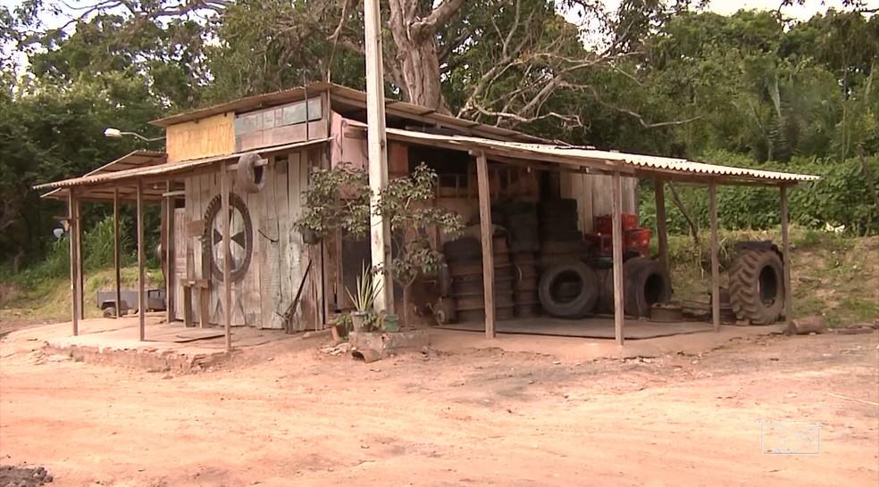 Vítima foi atropelada na borracharia onde trabalhava as margens da BR-222 em Santa Inês (MA). (Foto: Reprodução/TV Mirante)