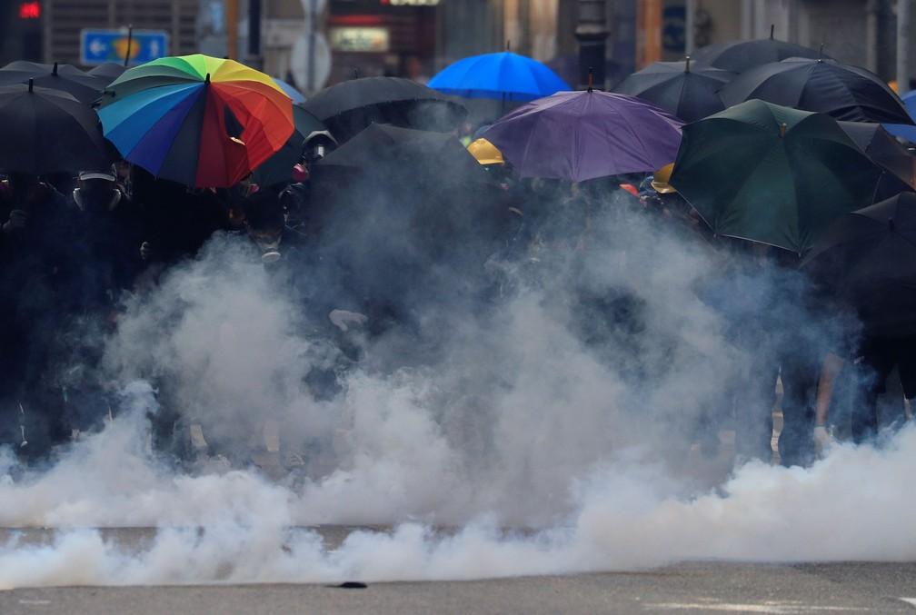 Manifestantes contra o governo se protegem com guarda-chuvas durante manifestação em Hong Kong, nesta terça-feira (1º)  — Foto: Jorge Silva/ Reuters