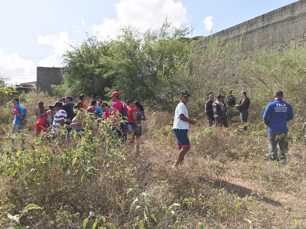 Corpos foram encontrados em meio a um matagal, em um terreno baldio no bairro Bom Pastor (Foto: Kleber Teixeira/Inter TV Cabugi)
