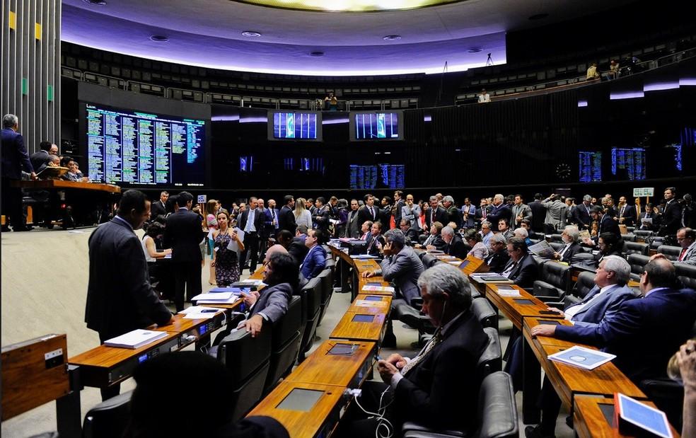 Imagem mostra deputados e senadores no plenário do Congresso durante a análise da revisão da meta fiscal (Foto: Jonas Pereira/Agência Senado)