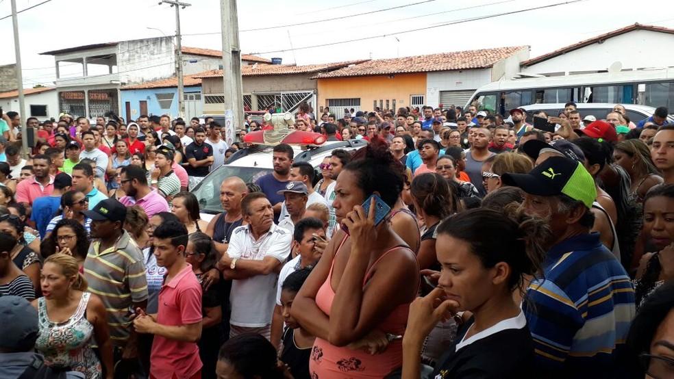 Multidão assiste trabalho da polícia após corpo de a Alanna Ludimilla ser encontrado  no quintal da casa dela (Foto: Dalva Rêgo/TV Mirante)