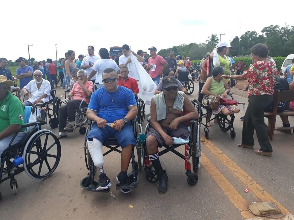 Pacientes chegaram a fechar a BR-364 em protesto  — Foto: Iryá Rodrigues/G1