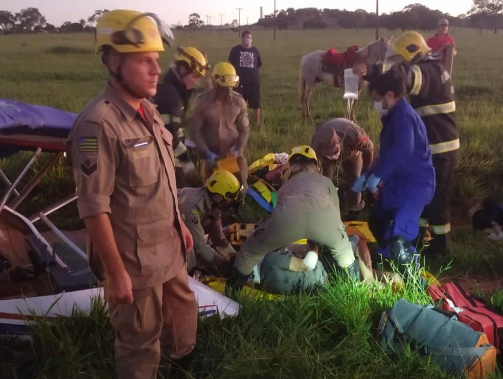 Corpo de bombeiros resgatam vítimas de queda de aeronave na GO-070, em Goiânia — Foto: Divulgação/Corpo de Bombeiros