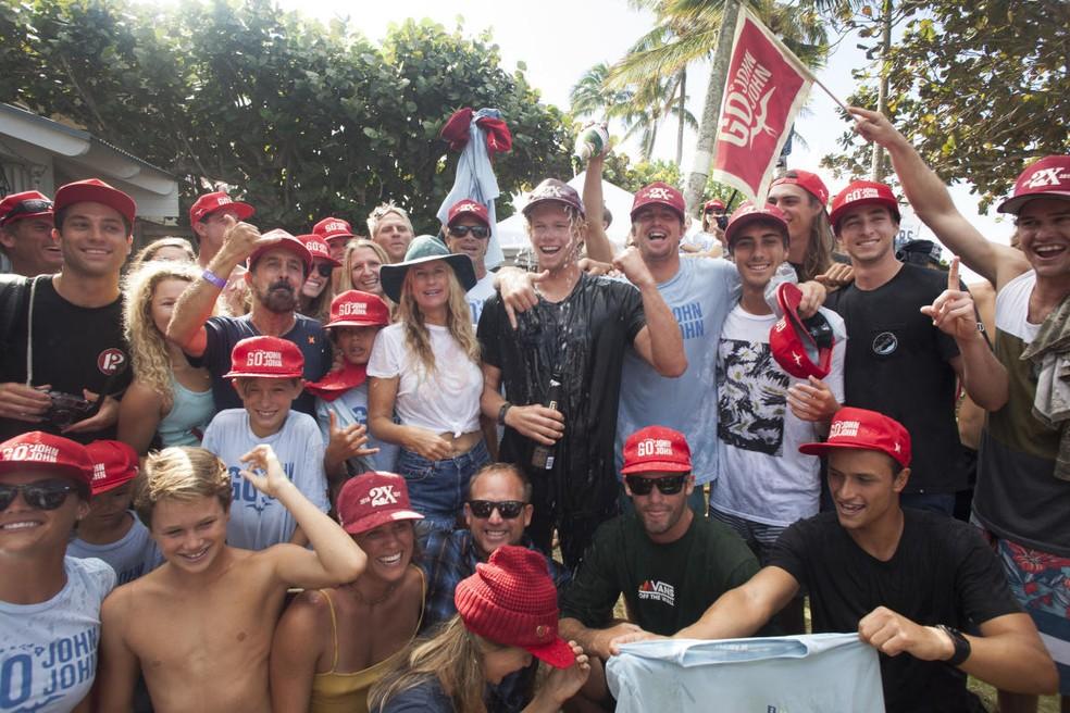 John John Florence comemora o segundo título mundial rodeado de amigos e da família em uma casa em frente à praia de Pipeline (Foto: Steve Sherman/WSL)