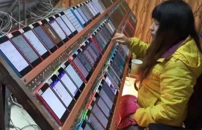 Mulher trabalha em 'fazenda de like' na China