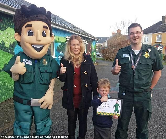 Jess Austin com seu filho Beau, ao lado do atendente do serviço de emergência (Foto: Reprodução/Daily Mail)