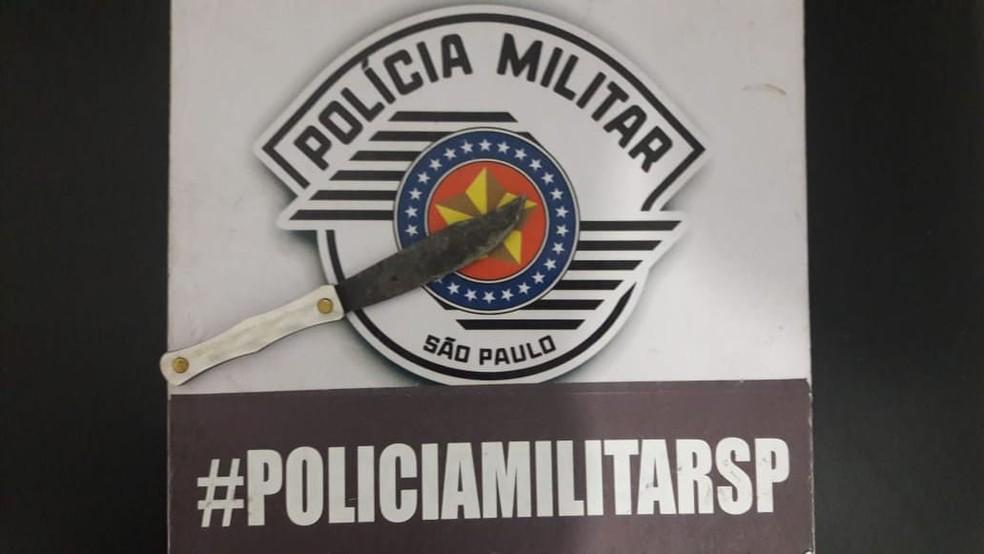 Faca foi apreendida pela polícia após crime em distrito de Marília — Foto: Polícia Militar/Divulgação