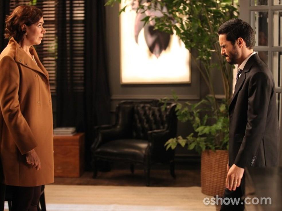 Em 'Império', José Pedro (Caio Blat) conta a Maria Marta (Lilia Cabral) que mantou um homem — Foto: Globo