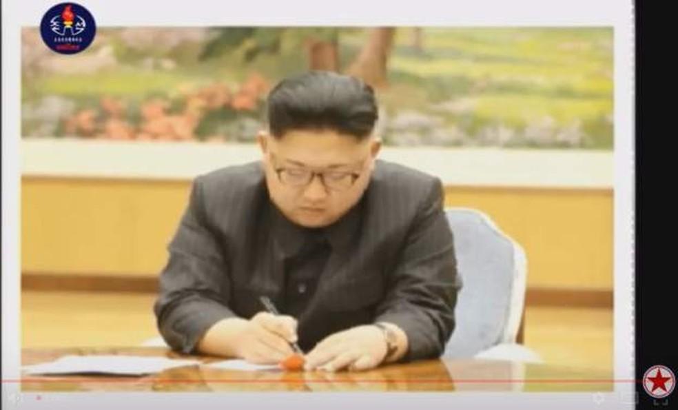 TV estatal da Coreia do Norte divulgou imagens do líder Kim Jong-un assinando autorização para a realização do teste nuclear (Foto: Reprodução/BBC)