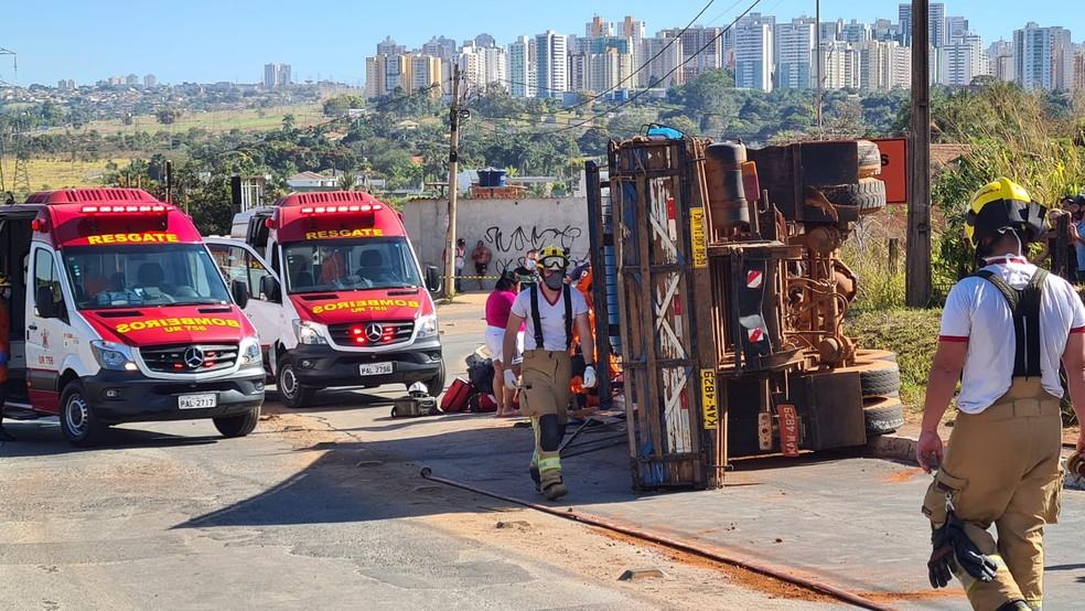Caminhão tomba entre o Guará e a Colônia Agrícola Águas Claras, no DF — Foto: Corpo de Bombeiros / Reprodução