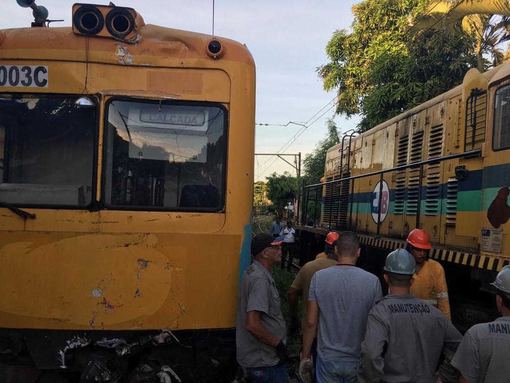 Equipes de manutenção em trabalho na linha do trem do subúrbio de Salvador para a retirada dos vagões do local nesta sexta (1º) — Foto: João Souza/G1BA