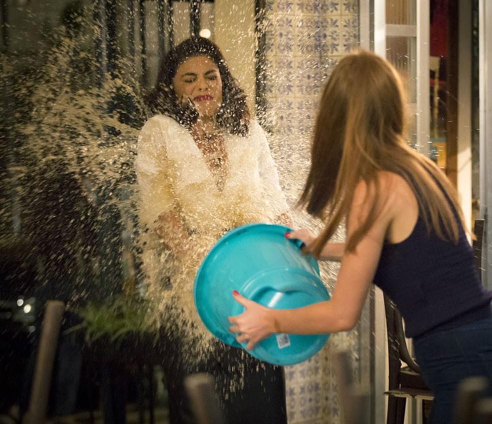 Eliza (Marina Ruy Barbosa) joga balde de água em Carolina (Juliana Paes) em 'Totalmente Demais' — Foto: Fabiano Battaglin/Gshow