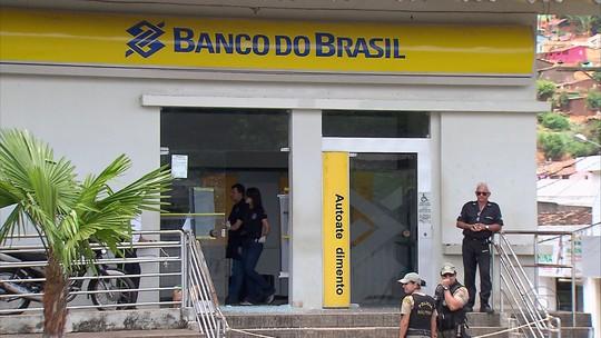 Bandidos explodem bancos, disparam tiros e usam reféns como escudos humanos