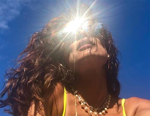 Escolher o protetor solar certo é essencial para garantir a proteção da pele durante o verão (Foto: Instagram / Juliana Paes)