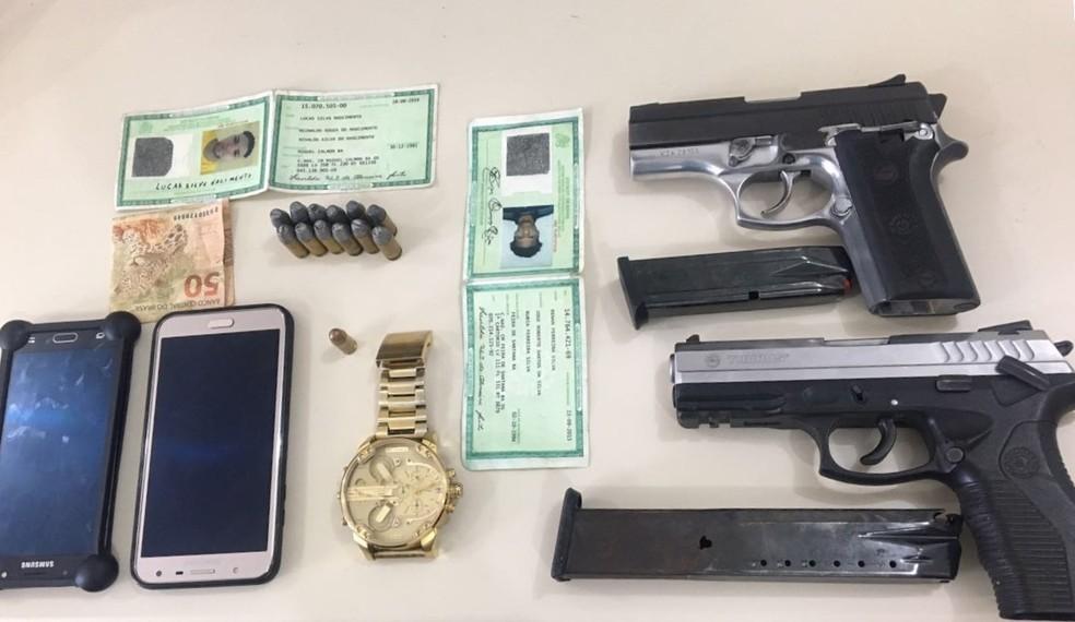 Com os suspeitos, polícia apreendeu duas armas (Foto: Polícia Civil/ Divulgação)