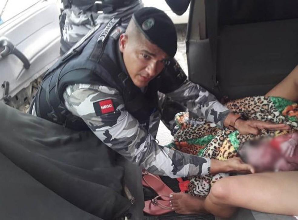 Policiais fazem parto de bebê em carro, na PB: 'Muito emocionado', diz PM — Foto: Divulgação/Polícia Militar