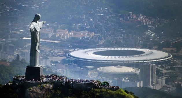 O Cristo Redentor e o Maracanã, ao fundo, estádio da final da Copa de 2014