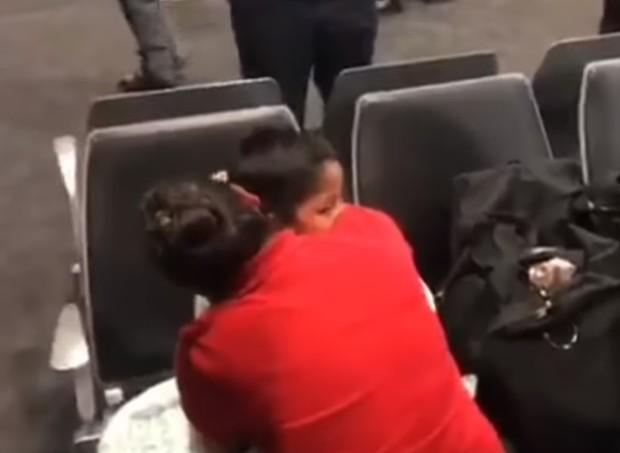 A mãe se reencontrou com o filho depois de semanas separados (Foto: Reprodução/ Youtube)