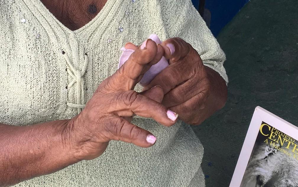 Dona Rosa conta nos dedos os irmãos  — Foto: Gabriela Gonçalves/G1