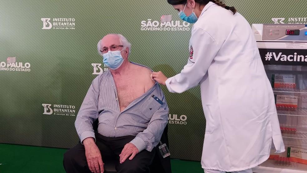 O mais velho a ser vacinado neste domingo foi o doutor Almir Ferreira de Andrade, de 79 anos. Ele é diretor da emergência da neurocirurgia do Hospital das Clínicas. — Foto: Rodrigo Rodrigues/G1