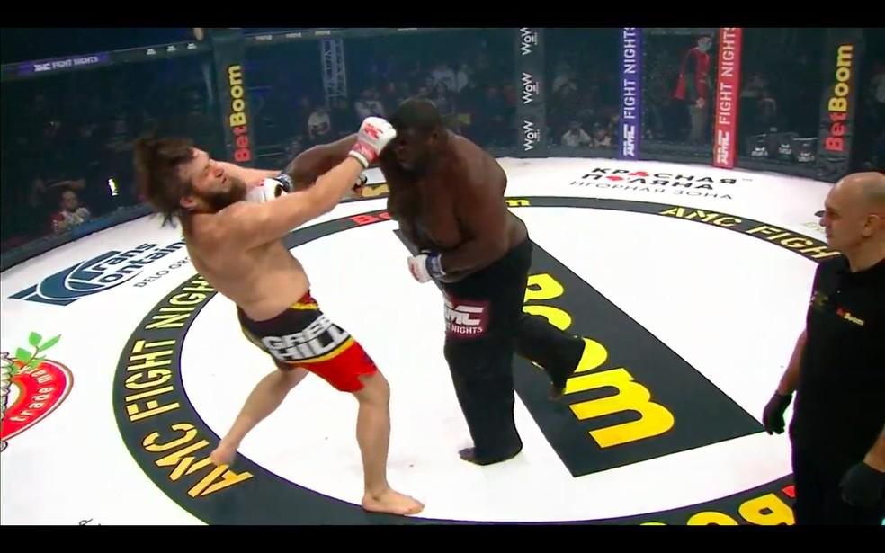 Zuluzinho derruba Yusup Shuaev no, AMC Fight Nights em Sochi — Foto: Reprodução/Youtube