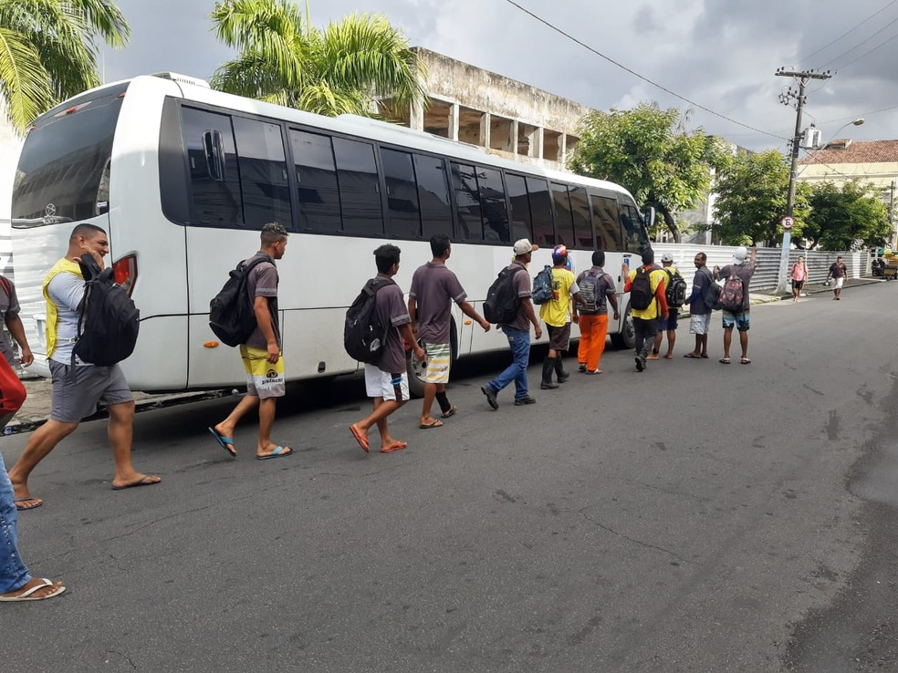 Detentos dos regimes aberto e semiaberto embarcam para praias do Litoral Norte de Alagoas — Foto: Ascom/Seris
