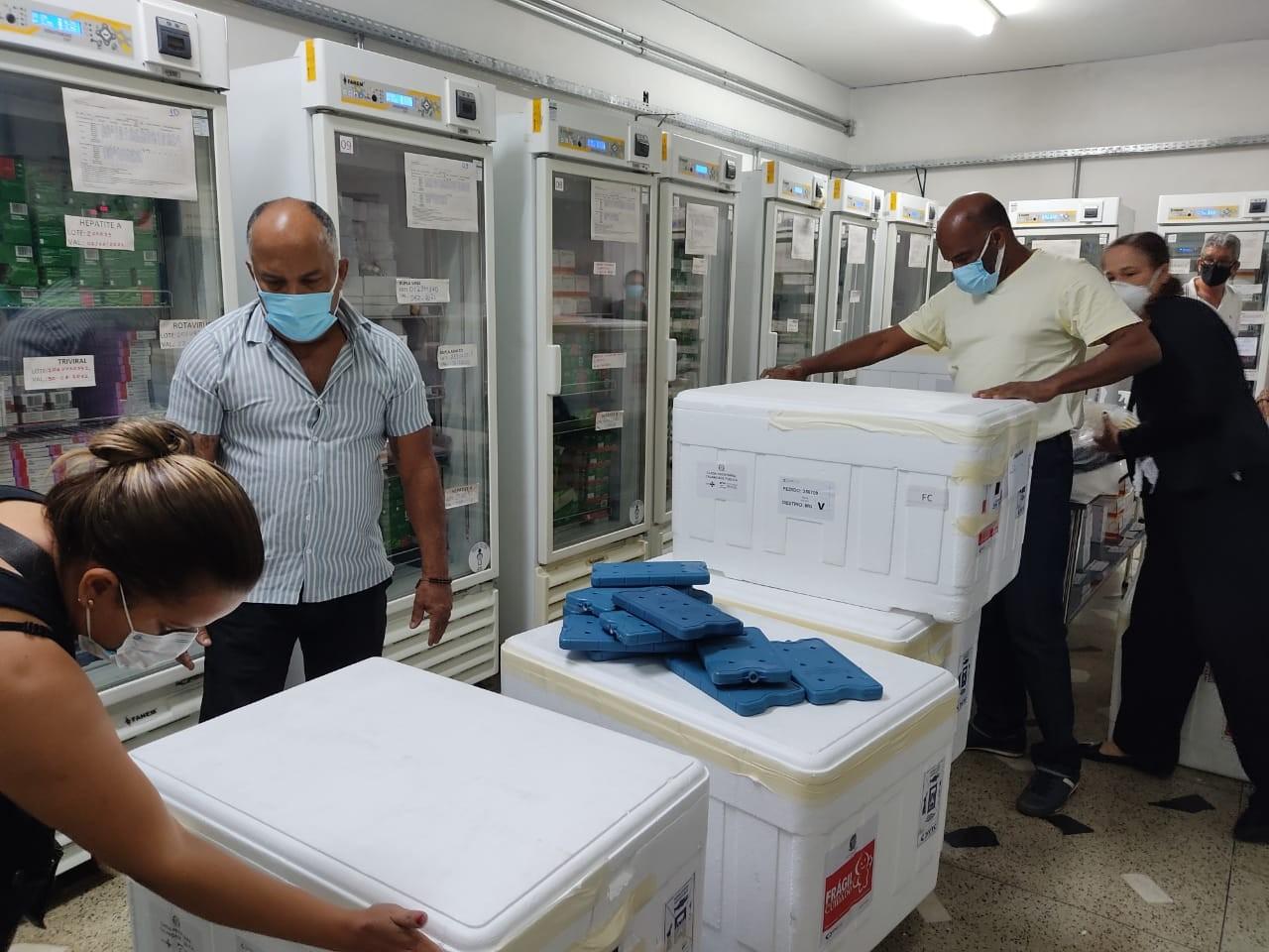 Covid-19: Norte de Minas recebe mais 58.869 doses de vacinas da AstraZeneca e Pfizer