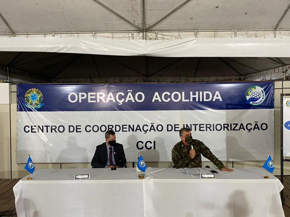 Superintendente da Polícia Federal em Roraima, delegado José Roberto Peres e general Antonio Manoel Barros, coordenador da Operação Acolhida — Foto: Caíque Rodrigues/G1 RR