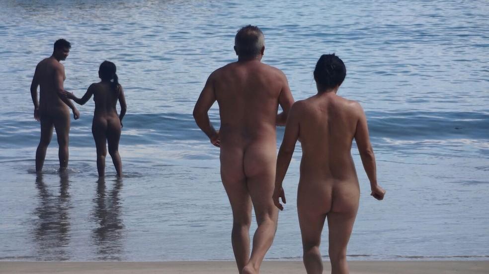 Praticantes de nudismo ocupam praia em Ubatuba (Foto: Divulgação/NatVale)