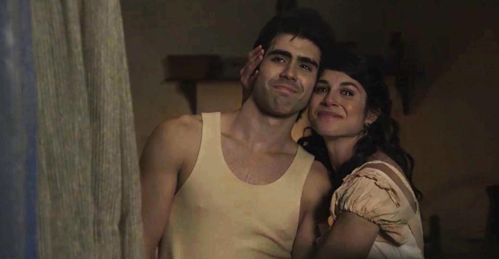 Luccino e Mariana olham a lua emocionados  (Foto: TV Globo)