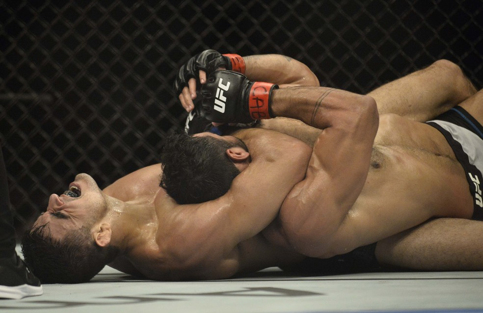 André Sergipano tenta a finalização sobre Antônio Arroyo no UFC São Paulo — Foto: Marcos Ribolli