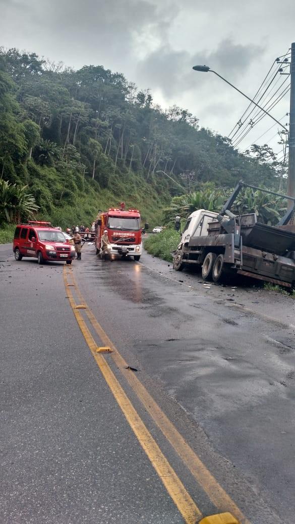 Homem morre em acidente entre carro e caminhão em Blumenau - Notícias - Plantão Diário