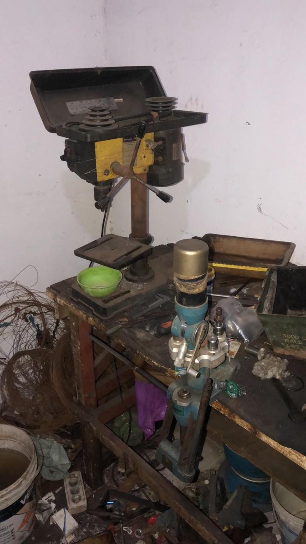 Ferramentas para fabricação das armas e munição foram apreendidas dentro de uma residência, em Caucaia. — Foto: PM/ Divulgação